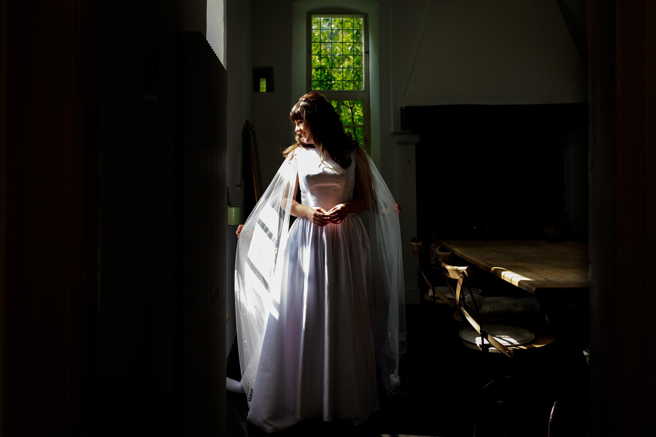 Getting Ready bruid   Ongeposeerde trouwfoto's