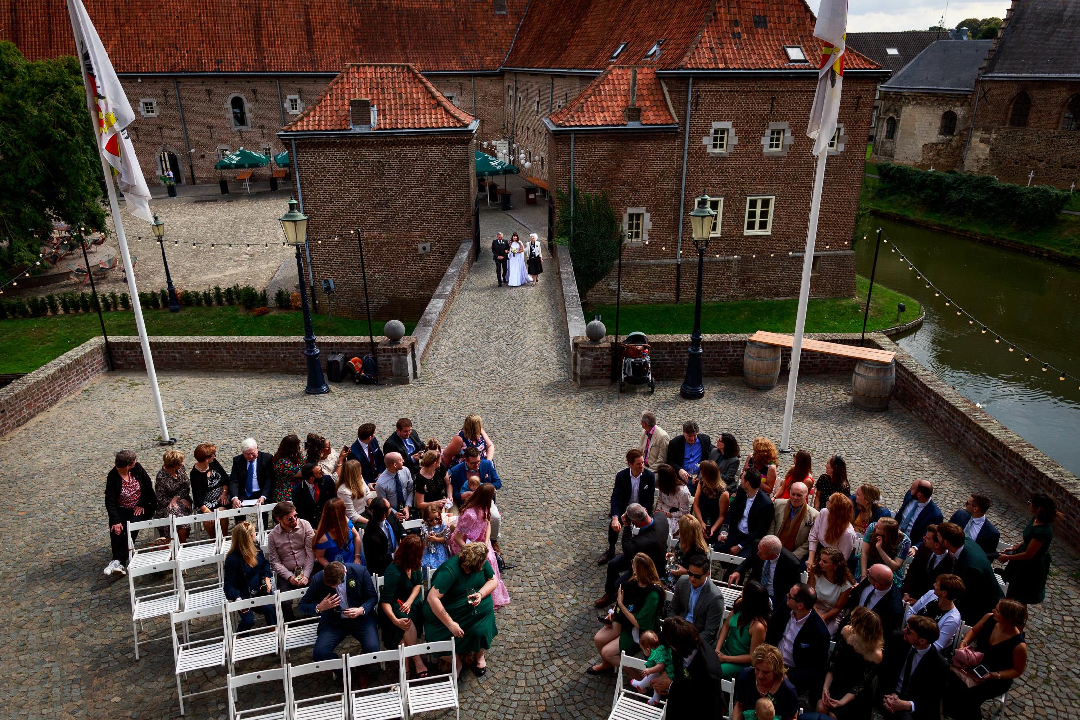 Trouwen bij Kasteel Limbricht   Trouwen in Limburg   Bruid   Trouwceremonie