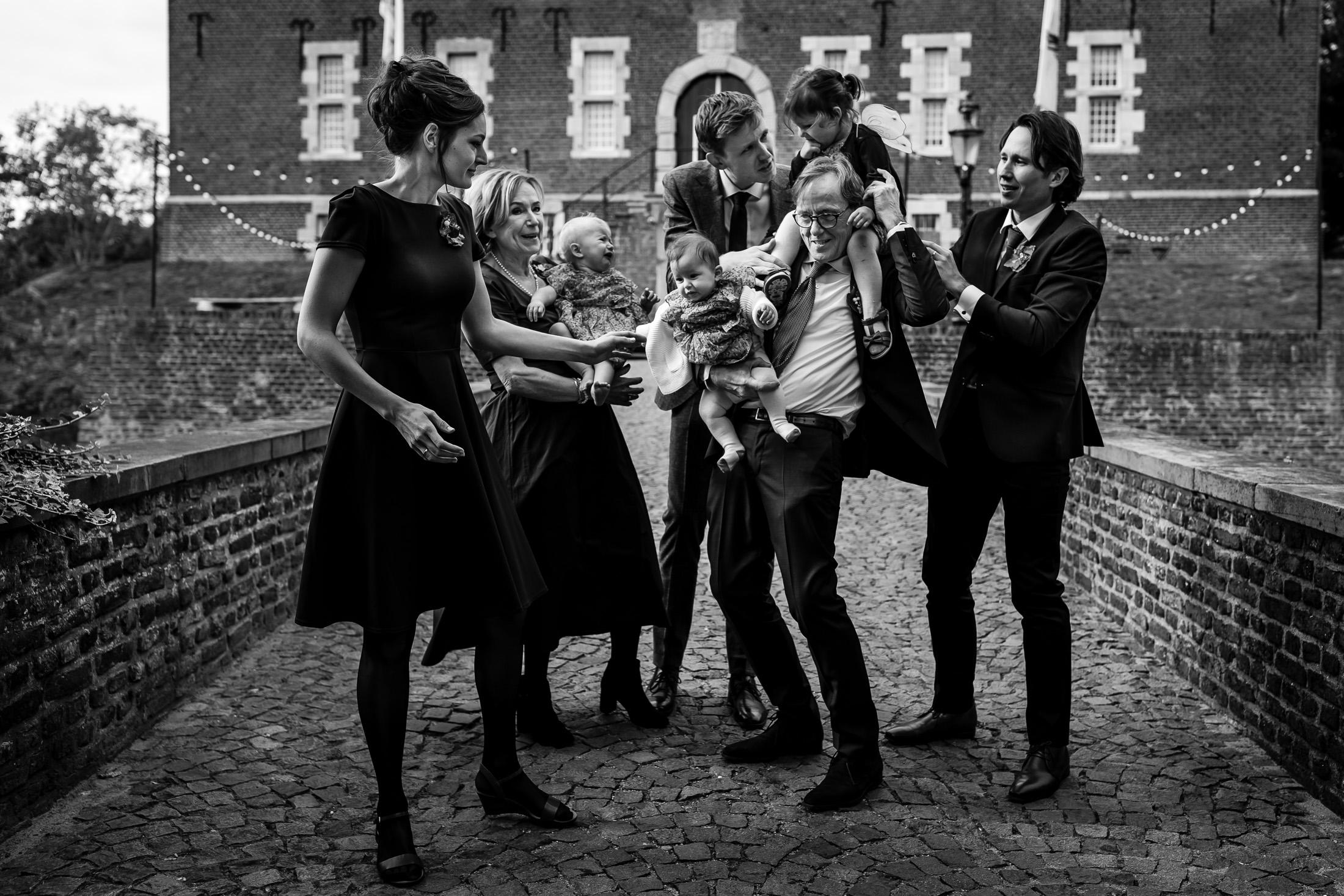Trouwen bij Kasteel Limbricht   Trouwen in Limburg   Trouwfotograaf Limburg   Groepsfoto bruiloft